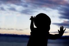 Siluetta del bambino nella finestra Immagine Stock Libera da Diritti