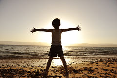 Siluetta del bambino sulla spiaggia Fotografia Stock