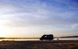 Siluetta del caravan nel lago di alqueva Fotografie Stock
