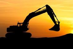 Siluetta del caricatore di escavatore al cantiere con alzato Fotografia Stock Libera da Diritti