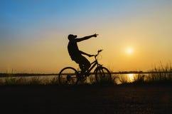 Siluetta del ciclista nel fondo della natura Fotografie Stock