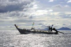 Siluetta del crogiolo anonimo di coda lunga sull'orizzonte di mare in Tailandia all'isola del phi del phi del KOH in Krabi Fotografie Stock