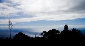 Siluetta del faro contro l'oceano, Madera Fotografia Stock Libera da Diritti