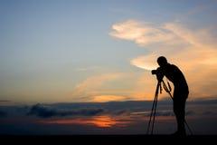 Siluetta del fotografo in all'aperto immagine stock