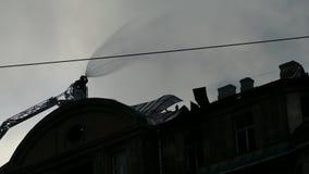 Siluetta del fuoco combattente del pompiere stock footage