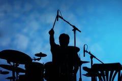 Siluetta del giocatore del tamburo sulla fase Fotografia Stock Libera da Diritti