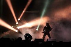 Siluetta del giocatore di chitarra sulla fase Fotografie Stock Libere da Diritti