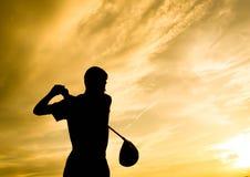 Siluetta del giocatore di golf che oscilla al fondo di progettazione di tramonto immagini stock libere da diritti