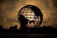 Siluetta del globo del mondo al tramonto immagine stock libera da diritti
