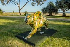 Siluetta del grattacielo di Gold Coast dell'entrata della spiaggia con la statua della koala dipinta per colore Queensland Austra fotografia stock