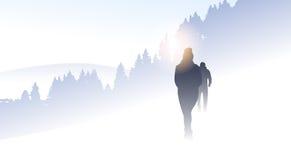 Siluetta del gruppo della gente del viaggiatore che fa un'escursione inverno Forest Nature Background della montagna Fotografia Stock