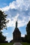 Siluetta del Hermannsstatue in Detmold contro una s drammatica Immagine Stock
