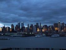 Siluetta del Lower Manhattan al fondo del cielo notturno Immagini Stock