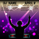 Siluetta del maschio DJ con le cuffie, con le vostre mani contro un night-club royalty illustrazione gratis