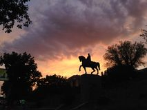 Siluetta del monumento del cavallerizzo immagini stock libere da diritti