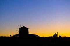 Siluetta del mulino a vento Fotografie Stock