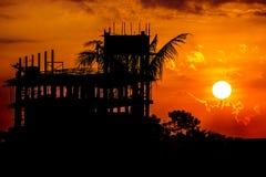 Siluetta del nero della costruzione di edifici sul fondo del cielo di alba Immagini Stock