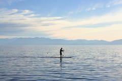 Siluetta del pensionante della pagaia, il lago Tahoe Immagini Stock