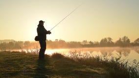 Siluetta del pescatore stock footage