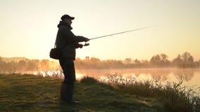 Siluetta del pescatore video d archivio