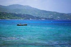 Siluetta del pescatore al mare dello stormz Spiaggia di Montego Bay, Giamaica Immagine Stock Libera da Diritti