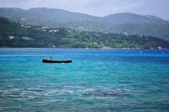 Siluetta del pescatore al mare dello stormz Spiaggia di Montego Bay, Giamaica Immagini Stock