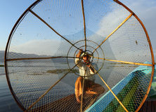 Siluetta del pescatore con rete nel lago Inle Fotografia Stock Libera da Diritti