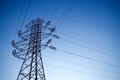 Siluetta del pilone elettrico sopra il cielo blu-chiaro Fotografie Stock Libere da Diritti
