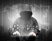 Siluetta del pirata informatico di computer dell'uomo incappucciato Immagini Stock Libere da Diritti