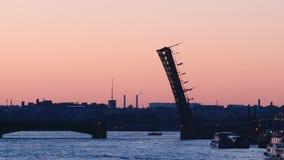 Siluetta del ponte aperto della trinità sul primo mattino di Neva immagini stock