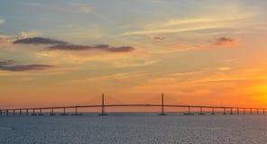 Siluetta del ponte di Skyway del sole su Tampa Bay, Florida immagini stock libere da diritti