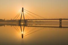 Siluetta del ponte nordico durante l'ora dorata ad alba a Kiev, Ucraina fotografia stock