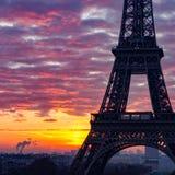 Siluetta del primo piano della torre Eiffel Parigi durante l'alba Fotografie Stock Libere da Diritti