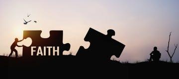 siluetta del puzzle di spinta dell'uomo per collegamento con speranza e fede immagini stock libere da diritti
