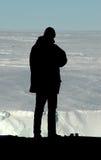Siluetta del ricercatore davanti all'Antartide Immagini Stock Libere da Diritti