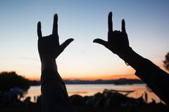 Siluetta del segno della mano TI AMO con il cielo crepuscolare nel fondo Fotografia Stock