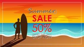 Siluetta del supporto dell'uomo della spuma con un surf con estate del testo Fotografia Stock Libera da Diritti