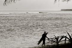 Siluetta del surfista - bianco e nero Fotografia Stock