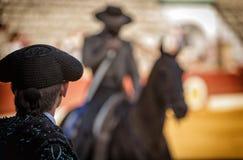 Siluetta del torero che guarda rejoneador fotografia stock
