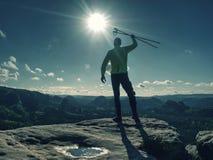 Siluetta del turista con i pali in mani fotografie stock libere da diritti