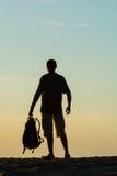 Siluetta del turista e di bello paesaggio fotografia stock libera da diritti