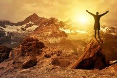 Siluetta del turista nel tramonto Fotografie Stock Libere da Diritti
