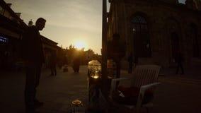 Siluetta del venditore della sanguisuga vicino alla moschea in Konya del centro stock footage