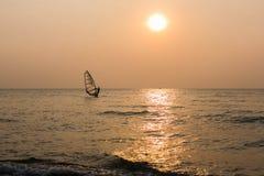 Siluetta del Windsurfer davanti al fondo di tramonto Fotografia Stock Libera da Diritti