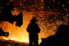 Siluetta dell'addetto alla lavorazione dell'acciaio fotografia stock libera da diritti