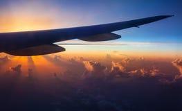 Siluetta dell'aeroplano sul tramonto Immagine Stock