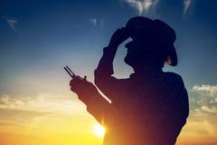 Siluetta dell'agricoltore che per mezzo del telecomando del fuco Fotografia Stock Libera da Diritti