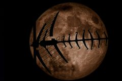 Siluetta dell'antenna della TV sulla luna piena Fotografie Stock
