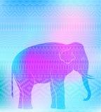 Siluetta dell'elefante sul modello geometrico senza cuciture Fotografia Stock
