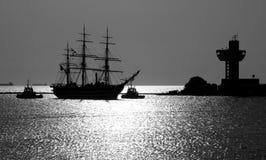 Siluetta dell'imbarcazione di navigazione che entra in porta Fotografie Stock Libere da Diritti